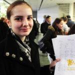 Студентка МСМ подает заявление на обучение в вузе eurostudy