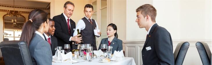 Работники гостинницы за столом eurostudy
