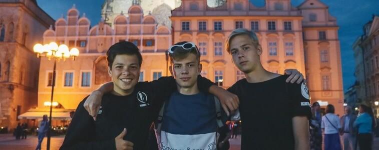 студенты на фоне вечерней Праги eurostudy