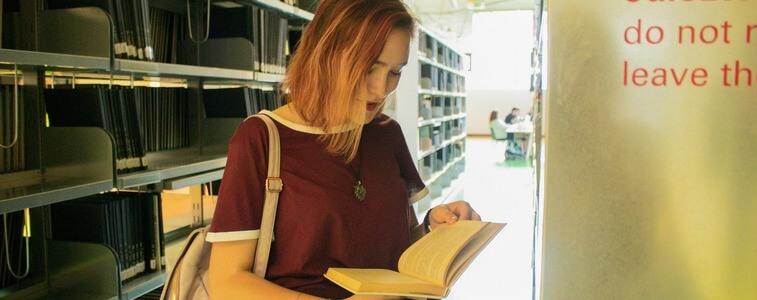 девушка в библиотеке ЧЗУ eurostudy