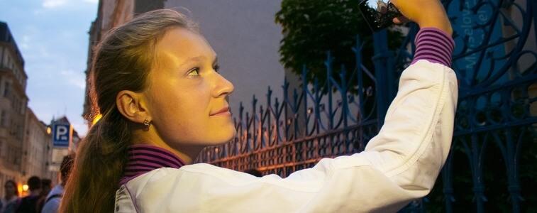 девушка в центре Праги eurostudy
