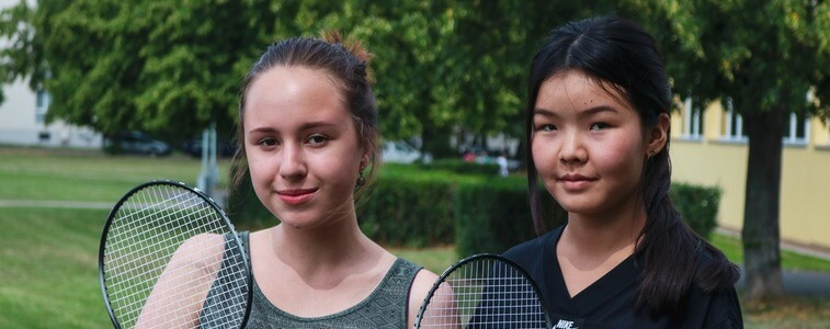 студентки МСМ играют в теннис erostudy