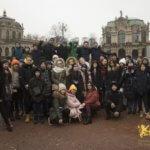 много детей стоят на площади в городе Дрезден, eurostudy.cz