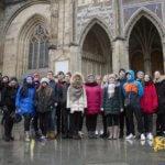 дети стоят на фоне собора, Пражский Град. eurostudy.cz