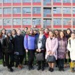 знакомство с лучшими вузами Чехии, дети стоят на фоне университета CZU, eurostudy.cz
