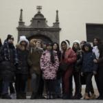 дети стоят на фоне стены здания, eurostudy.cz, пражский зоопарк