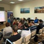 Высшее образование в Чехии, девушка говорит в микрофон, люди сидят на сутльях,eurostudy.cz