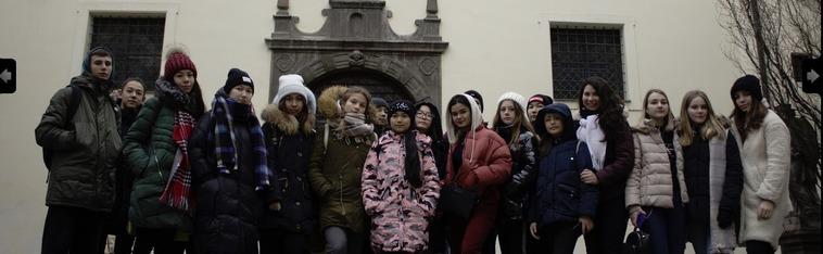 дети и один взрослый стоят на мосту. улыбаются , смотрят в кадр, eurostudy.cz, пражский зоопарк