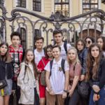 Весенние каникулы: Поездка в Дрезден, дети на фоне здания