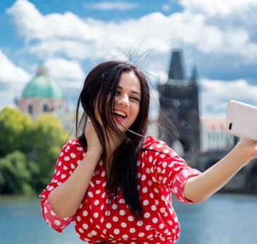 девушка на фоне Праги eurostudy